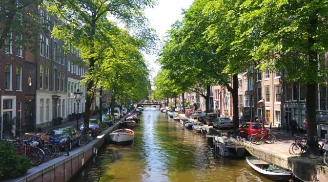 Mit dem Fahrrad unterwegs in Amsterdam