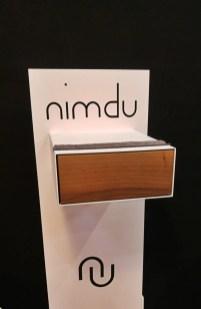 Eine integrierte Schublade in diesem Modell lässt sich durch leichten Druck öffnen.