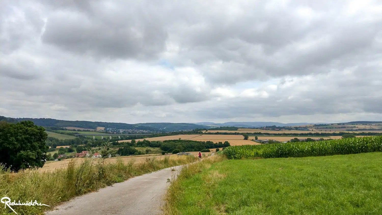 R1 Radweg und Blick ins Tal