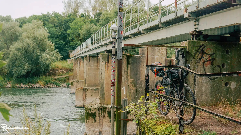 Fahrrad an Brückengeländer gelehnt