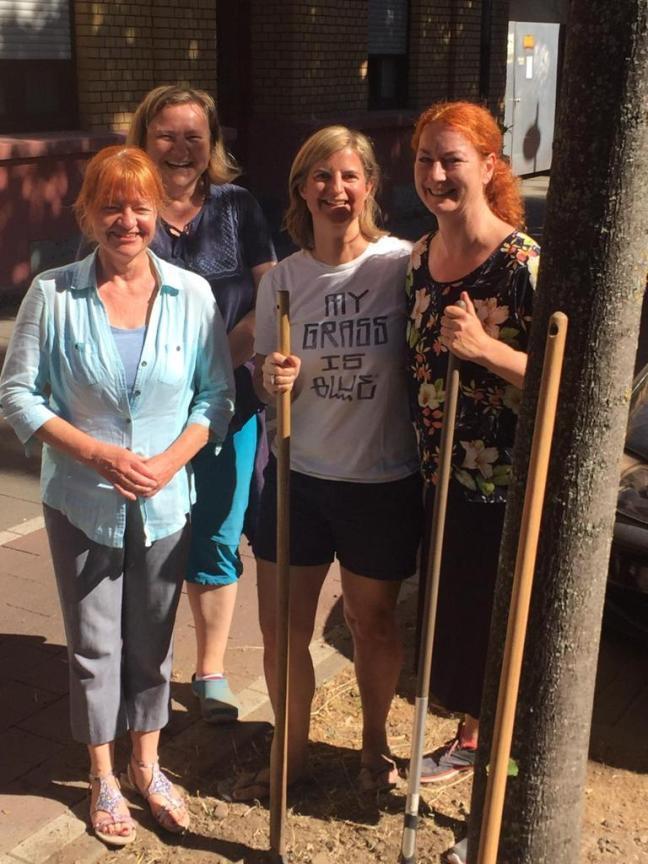 Vier fleißige Gärtnerinnen bei der Arbeit.