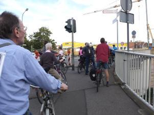 an der Brückenbaustelle an der Eisenbahnbrücke, wo soll man hier als Radfahrer fahren ?