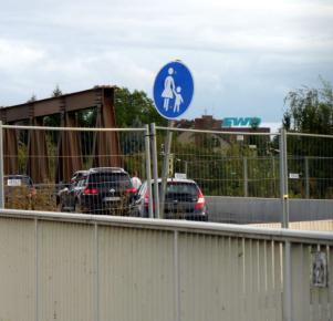 Das Schild will uns sagen: Fußweg