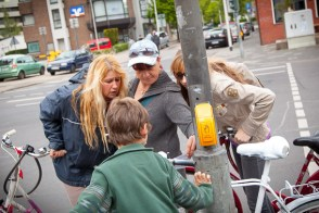 Interessierte Fußgänger am Mahnrad