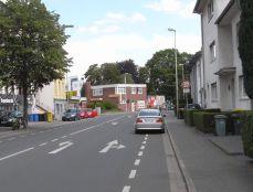 Tivolistraße - Auto parkt oder hält und blockiert somit den Schutzstreifen