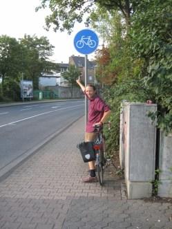 schmaler Radweg, wo dürfen den hier die Fußgänger gehen, besser sind SChutzstreifen auf der Straße, die ist breit genung