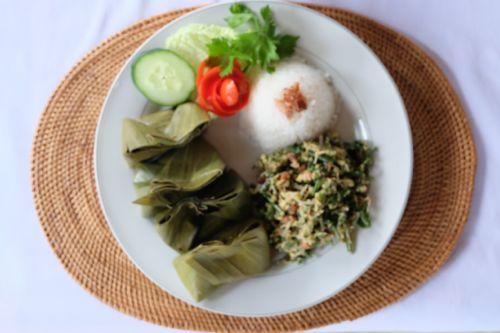 Tum Ayam: steamed chicken in bananleaf