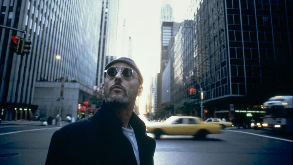 This is a film still from LÉON: THE PROFESSIONAL d. Luc Besson, 1994 which screens at Rooftop Film Club, Peckham (02 July 2021).