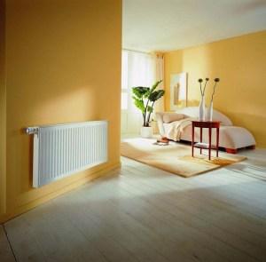 Стальной панельный радиатор в спальне
