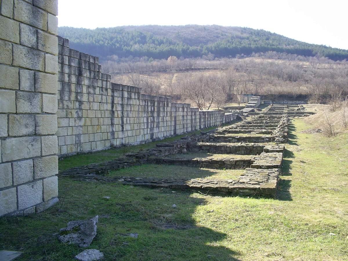 Rovine degli accampamenti militari all'interno delle fortificazioni di Marcianopoli. Di questa antica città oggi rimangono delle rovine nei pressi del paese di Preslav, in Bulgaria