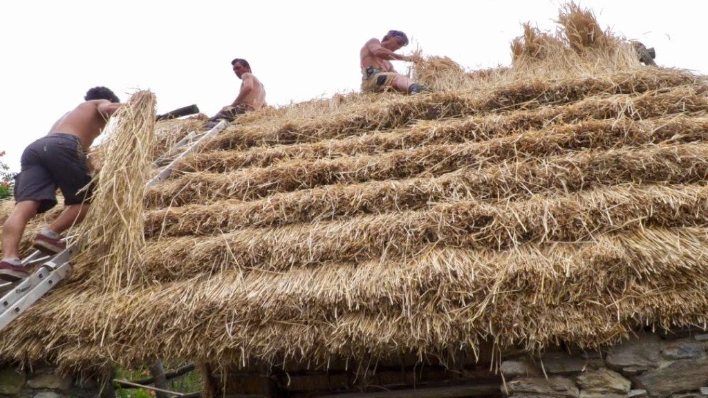 Non sono noti romani che, per quanto di umile condizione, vivessero in costruzioni con tetti di paglia. Dopo le invasioni invece si perde l'arte della costruzione con tetti di tegole. Ancora nel '900, in Occidente, si registrano abitazioni con tetti di paglia.