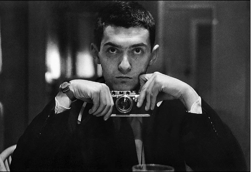 Un autoscatto di Kubrick a 21 anni, nel 1949