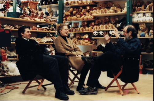 Cruise, Kidman e Kubrick scherzano durante una pausa delle riprese