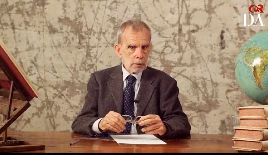 """Luca Serianni, storico della lingua italiana, """"padre"""" della riforma della prima prova nell' Esame di Stato del 2019 e promotore di un rinnovato interesse verso l'argomentazione nella didattica dell'italiano, oggetto del presente contributo Immagine reperibile all'url https://www.raicultura.it/letteratura/articoli/2020/05/Il-Vocabolario-della-Crusca-61c12c02-ff9f-4565-b465-807ad30bc4b4.html"""