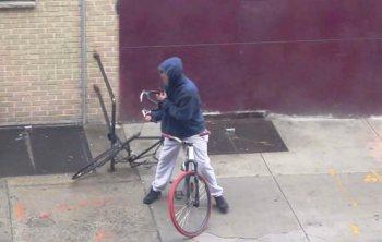 Dy granata dore, me biçikletë ia çon policisë!