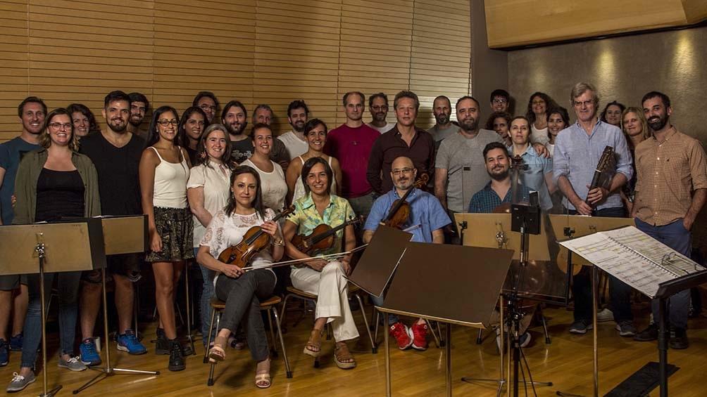 Pedro Chemes (centro), rodeado de los intérpretes en la sala de grabación.