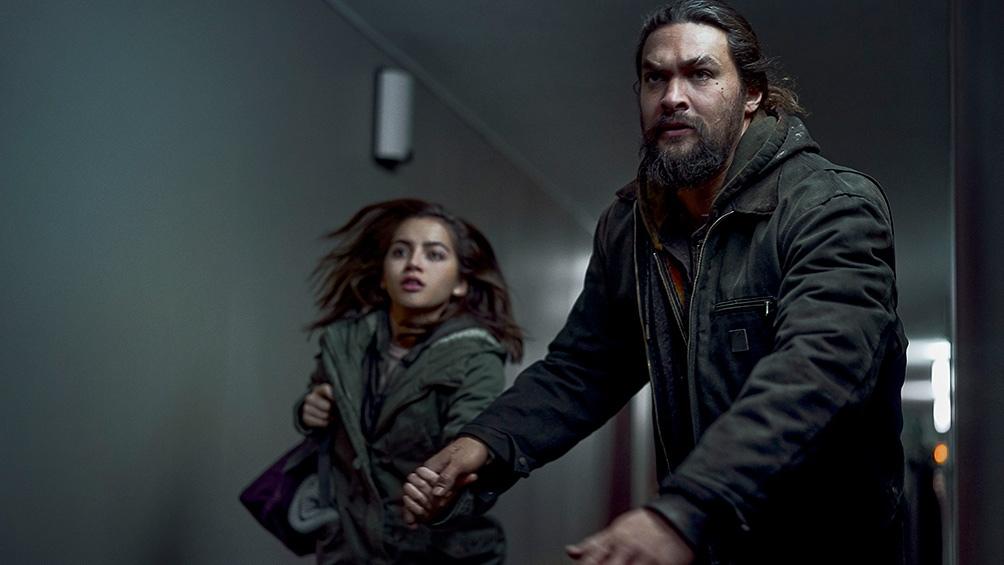 Isabela Merced y Jason Momoa, unidos en la aventura en esta ficción.