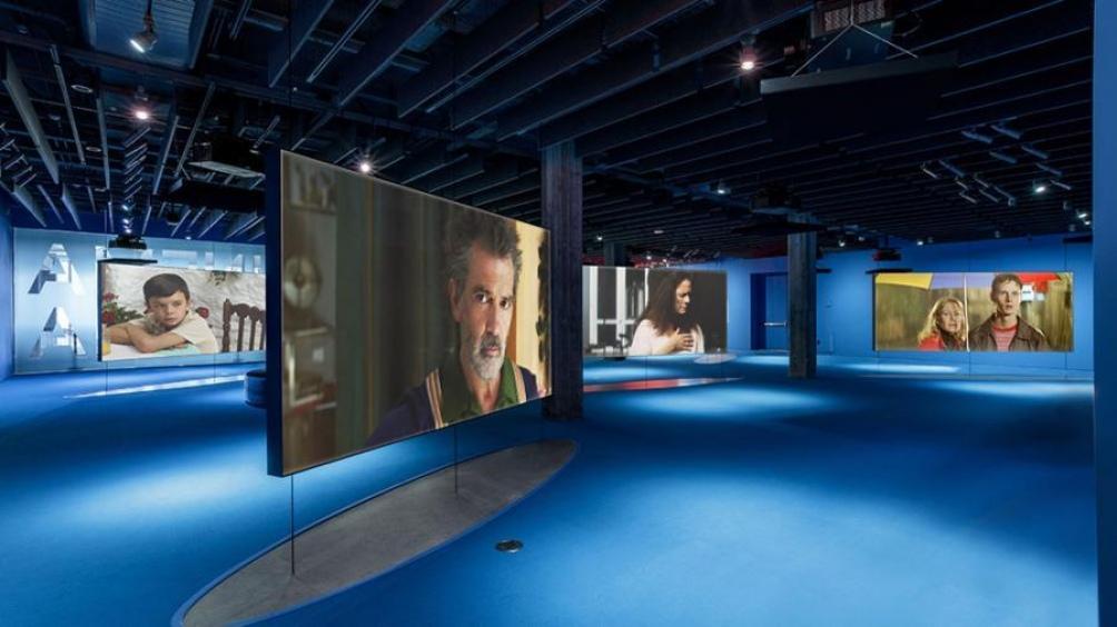 Las galerías tapizadas con pantallas de led con la historia del cine (Foto: AMMP)