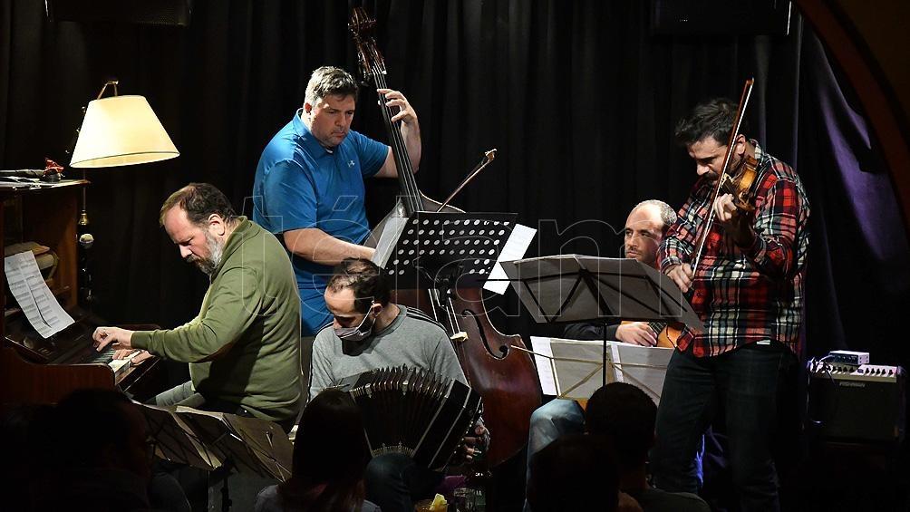 Diego Schissi Quinteto hace música de hoy acá, y sucede un torbellino donde orígenes y fugas conviven en bella tensión. Foto: Alfredo Luna
