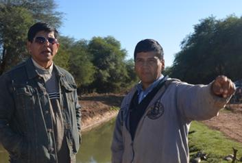 Director de PROVISA, Ing. Gustavo Valdivia con un beneficiario del proyecto.