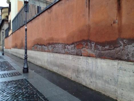 Umidità di risalita sulle mura nei pressi del Vaticano (via di Porta Angelica, Roma)