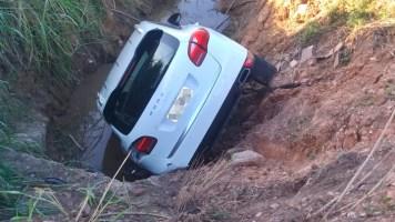 Motorista escapa ileso após carro de luxo cair em ...