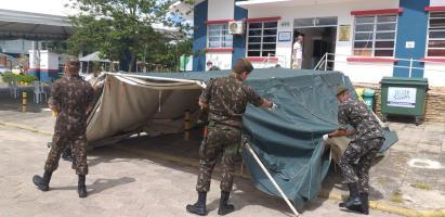 Com reforço de barraca do Exército, Centro de Tria...