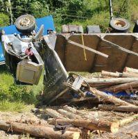 Caminhão carregado com madeira tomba na SC-108, em...