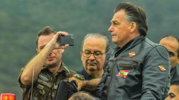 Jair Bolsonaro faz motociata com apoiadores em Flo...