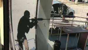 Policia procura homens que assaltam agência bancár...