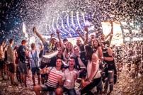 Grup de tineri la festivalul NEVERSEA din Constanta