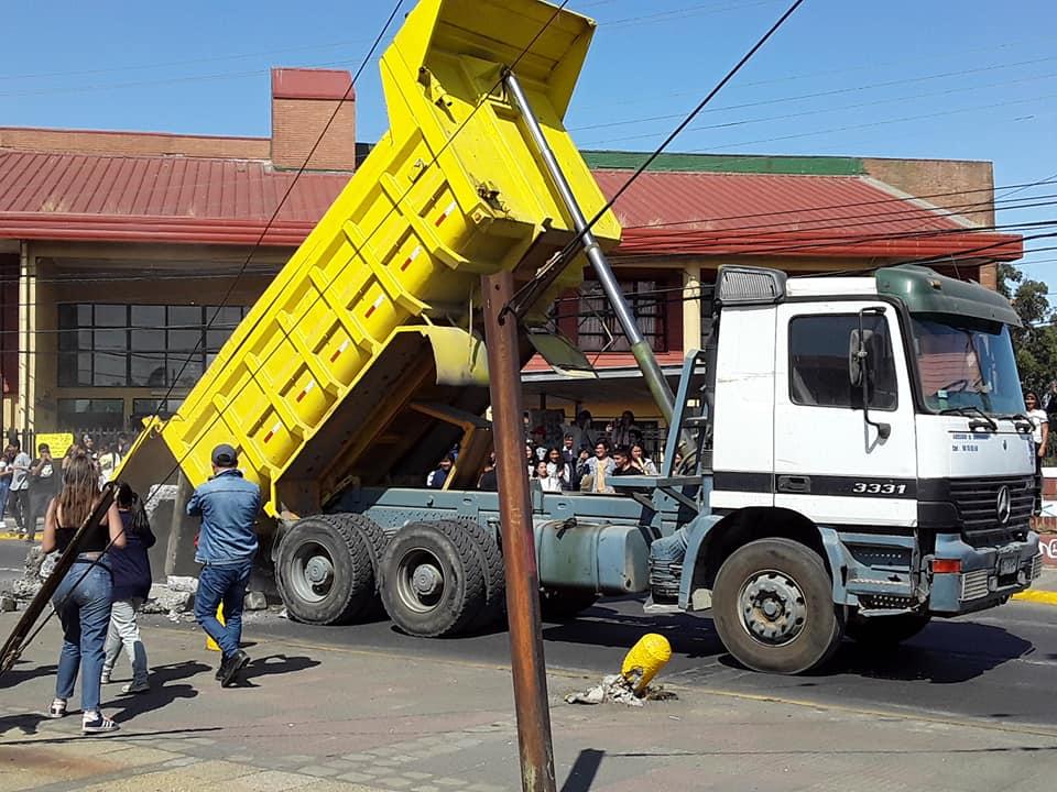 Camionero denuncio que lo obligaron a botar escombros frente a local PSU en Lota