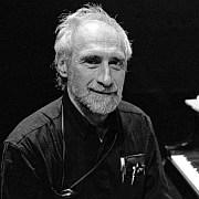 """""""Dinge ungewohnt sehen"""" Der amerikanische Komponist und Pianist Frederic Rzewski (1938 – 2021) Von Carolin Naujocks"""