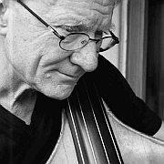 Freies Spiel und Kollektivkomposition – Der Schweizer Kontrabassist Peter K. Frey