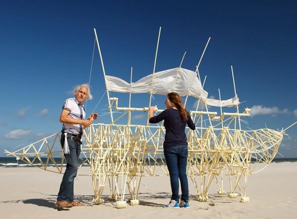 Theo Jansen y sus increíbles criaturas que caminan con energía eólica - s81-600x443
