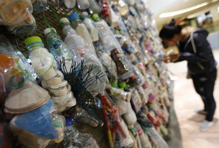 Artista  convierte en arte los desechos de las playas en Tailandia - Taliandia-plásticos-reciclar-768x521