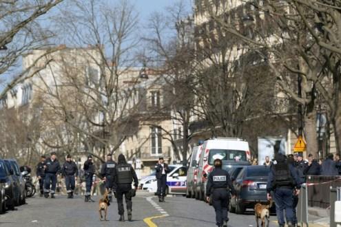 La policía francesa se despliega en el exterior de la sede del Fondo Monetario Internacional en París el 16 de marzo de 2017, tras la explosión de una carta bomba AFP / Christophe Archambault