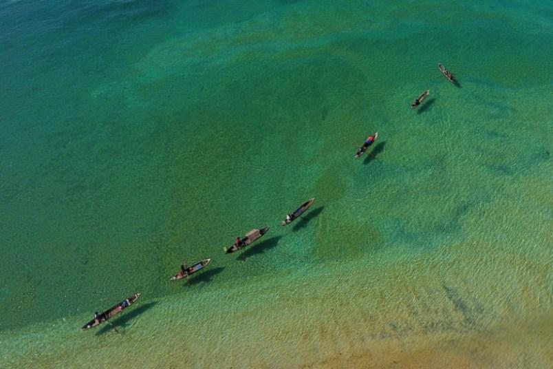 Varios barcos de la tribu marítima nómada de los moken, en las aguas del archipiélago de Mergui (Birmania), el 8 de mayo de 2017 AFP / Ye Aung Thu