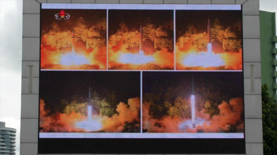 Momento del lanzamiento de un misil balístico intercontinental (ICBM) por Corea del Norte, mostrado en una gran pantalla en Pyongyang.
