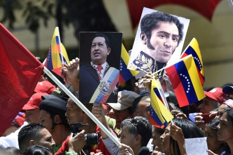 Activistas pro gobierno sostienen imágenes del expresidente venezolano Hugo Chávez y del libertador Simón Bolívar, durante un acto celebrado en la jornada de instalación de la Asamblea Constituyente, el 4 de agosto de 2017 en Caracas AFP / JUAN BARRETO