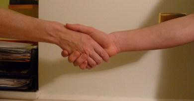 Poignée de main entre un employé plus âgé et un plus jeune