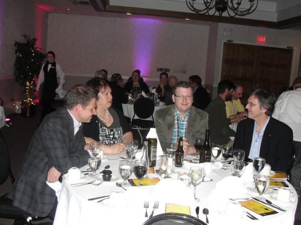 Michel Gravel (C.A. ARC du Canada) , Marie-Gaëtane Caissie (dir. MICRO) et Steve McInnis (dir. CINN) échange avec Ronald Martineau, consultant.