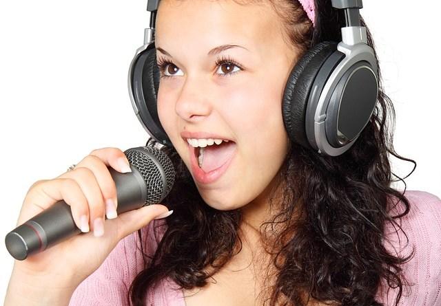Jeune femme avec micro et écouteurs
