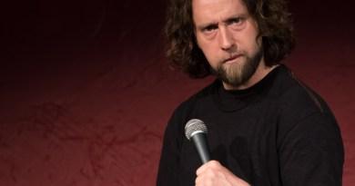 Un comédien montre du scepticisme