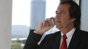 Patron qui parle au téléphone