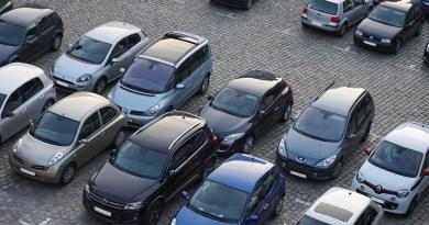 Automobiles dans un stationnement