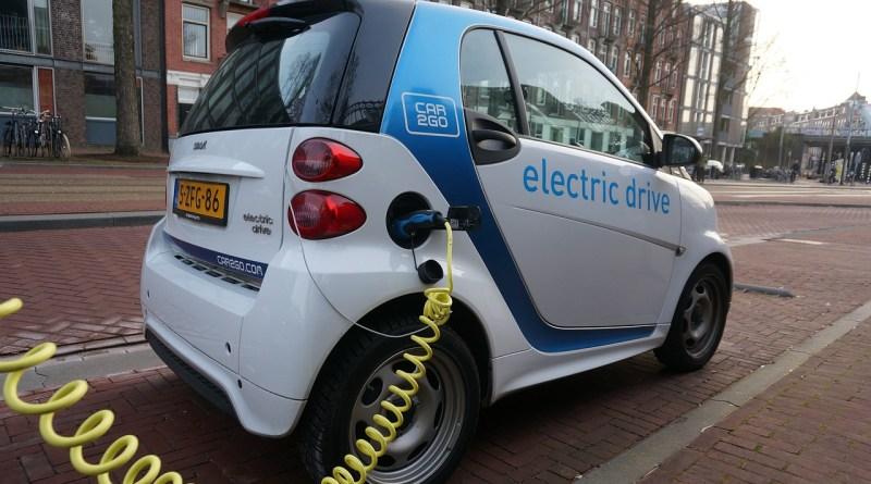 Un véhicule électrique en recharge