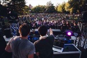 Une foule participe à un événement