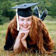 Une jeune étudiante allongée sur la pelouse