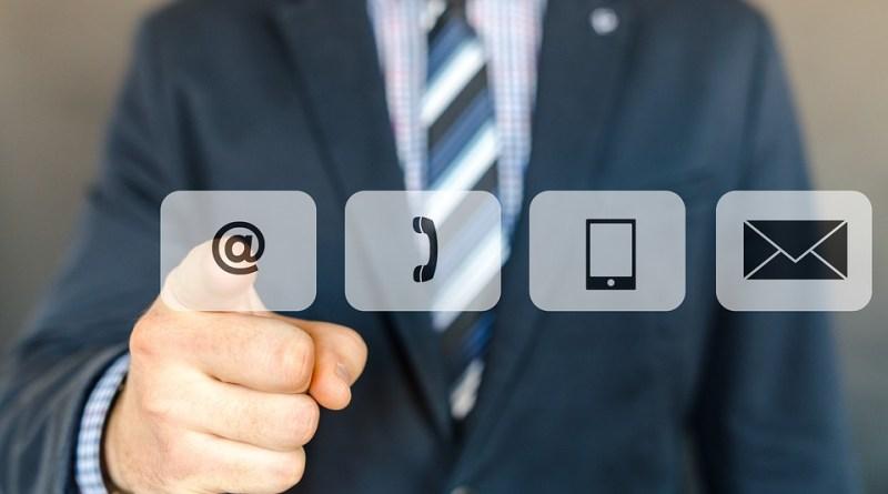 Un homme qui presse une icône de courrier électronique